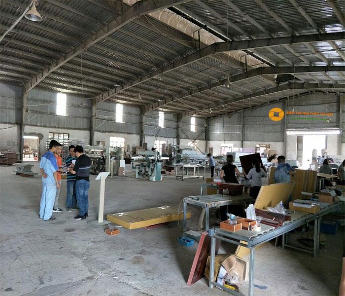 các kỹ sư làm việc trong nhà máy