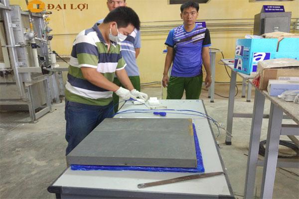 Hình ảnh thức tế đo test khả năng chịu nhiệt, khả năng chống cháy cửa do Đại Lợi sản xuất tại cục phòng cháy chữa cháy Hà Nội