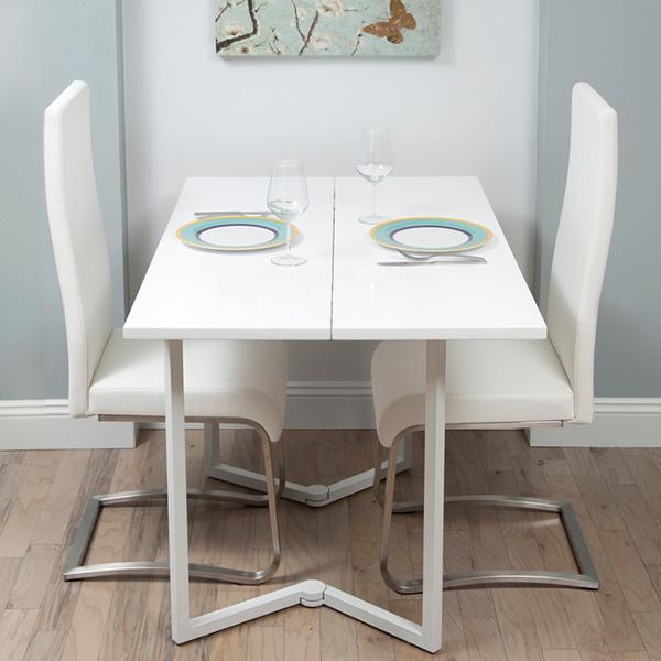 Với trục xoay ở phần chân bàn, chiếc bàn này có thể gấp siêu gọn, phù hợp với rất nhiều không gian. Khi mở ra, chúng vừa đẹp, vừa rất thanh lịch. Mẫu bàn này, rất hợp cho gia đình có 2 người của các cặp đôi.