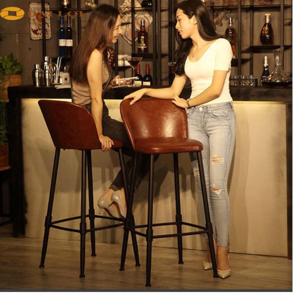 Ghế cao quầy bar, sử dụng chân sắt dạng ống nước, phần ghế bọc đệm da cao cấp màu nâu tạo điểm nhấn cho chiếc ghế bar cao