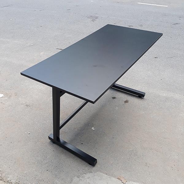 Có mặt bàn màu đen