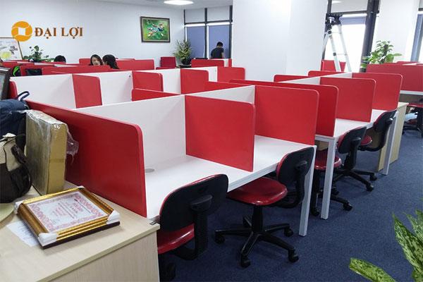 Mẫu vách ngăn bàn ảnh thi công trực tiếp tại khách hàng, lắp cho hệ thống bàn làm việc chân sắt