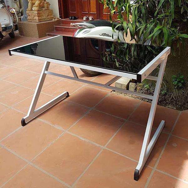 Với khung bàn sắt sơn tĩnh điện màu trắng với mặt kính cường lực trắng