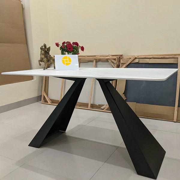 Chân bàn bằng thép siêu dày và chắc chắn