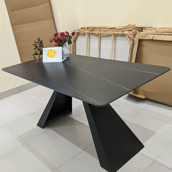 Bàn Ăn Mặt bàn LUX 1 có 2 màu đen và trắng phù hợp với hầu hết các không gian