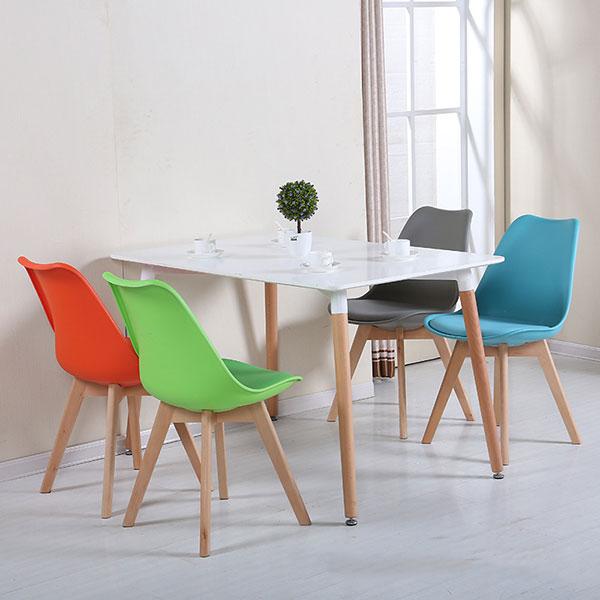 Bộ bàn ghế Eames có thể được dùng làm bàn ăn, bàn cafe