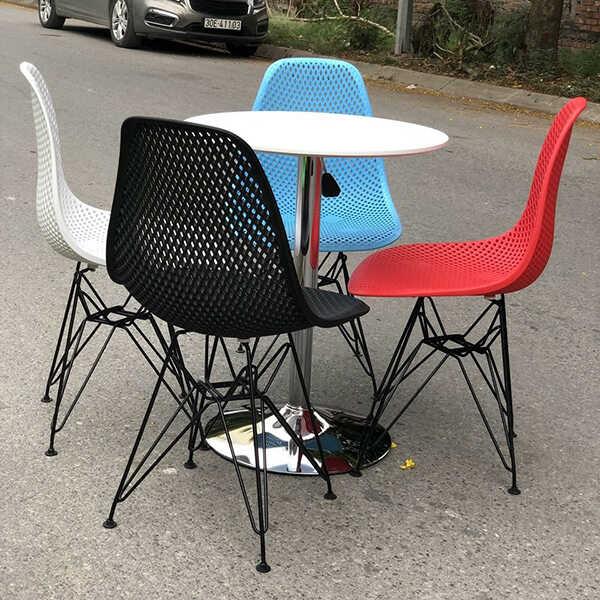 Ghế Eames K2 được dùng phổ biến làm ghế cafe, ghế ăn, ghế để ban công