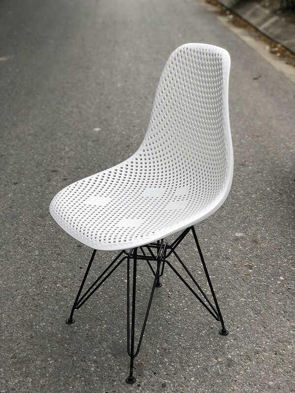 Mặc dù trông khá mảnh mai. Nhưng khả năng chịu tải của Eames không thua kém bất kỳ loại ghế nào