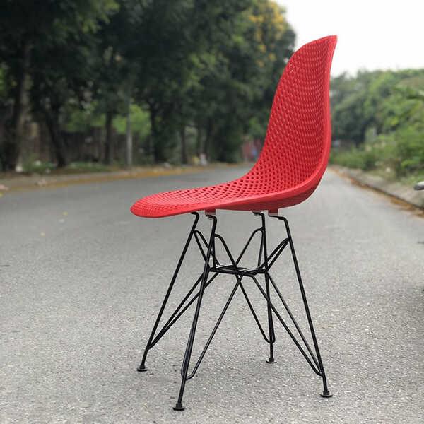 Ghế K2 được cải tiến so với Eames là phần lưng lỗ tạo độ thoáng mát cho lưng