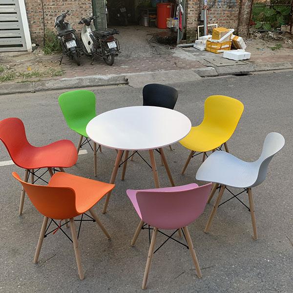 Ghế Honey có thể kết hợp với tất cả loại bàn cafe thông thường như bàn Eames