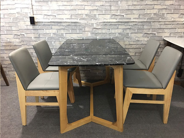 Mặt bàn đá đen vân trắng giúp bàn ăn sạch sẽ hơn