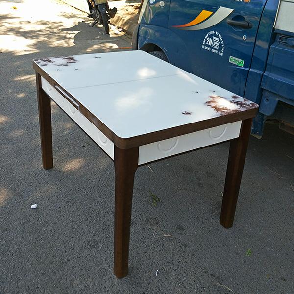 Chân bàn bằng gỗ tự nhiên, vô cùng chắc chắn