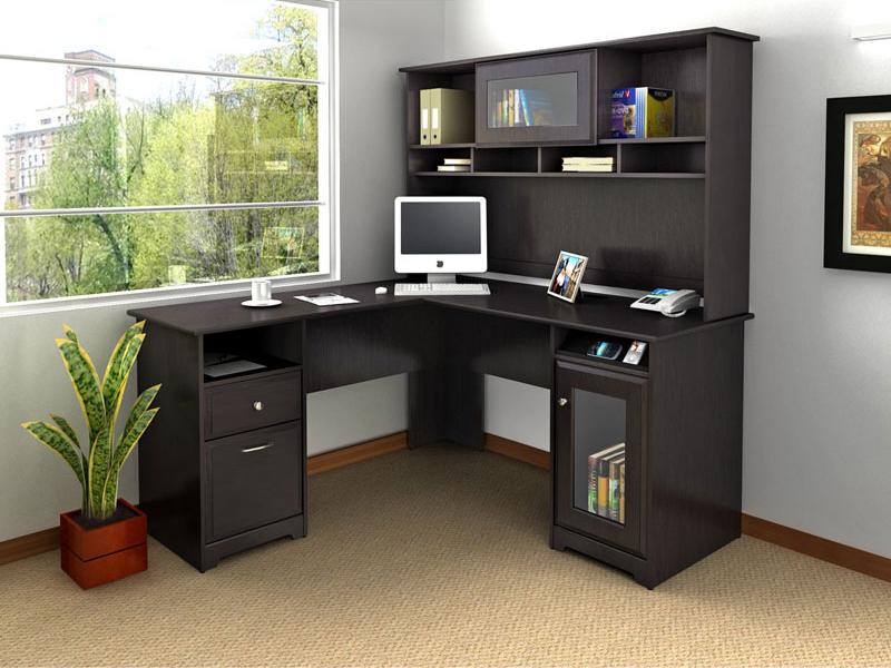 Bàn chữ L liền giá sách màu đen tận dụng không gian trong góc làm việc