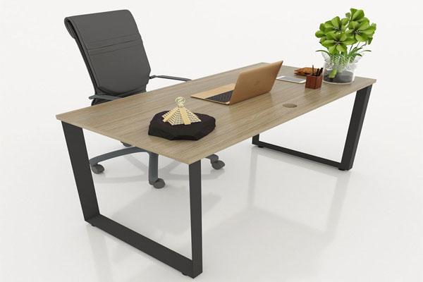 Bàn kết hợp với ghế da cao cấp tạo ấn tượng mạnh mẽ cho phòng làm việc của bạn