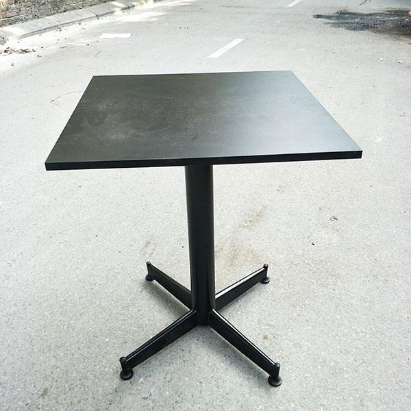 Mặt bàn được làm từ gỗ MFC chính vì thế mặt bàn không chịu được môi trường quá ẩm ướt. Sẽ ảnh hưởng đến tuổi thọ của sản phẩm