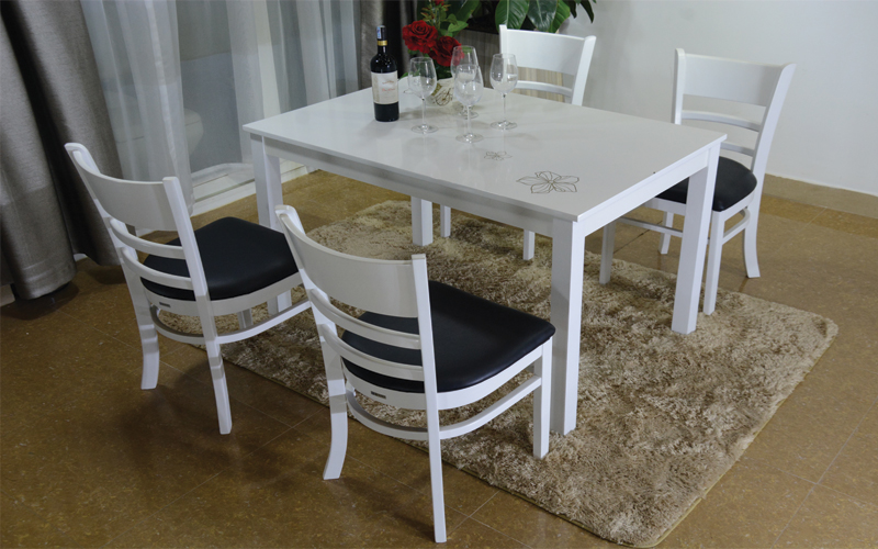 Mẫu 1 - Bộ bàn ăn Mosta 4 ghế giá bán là 2,790,000vnd