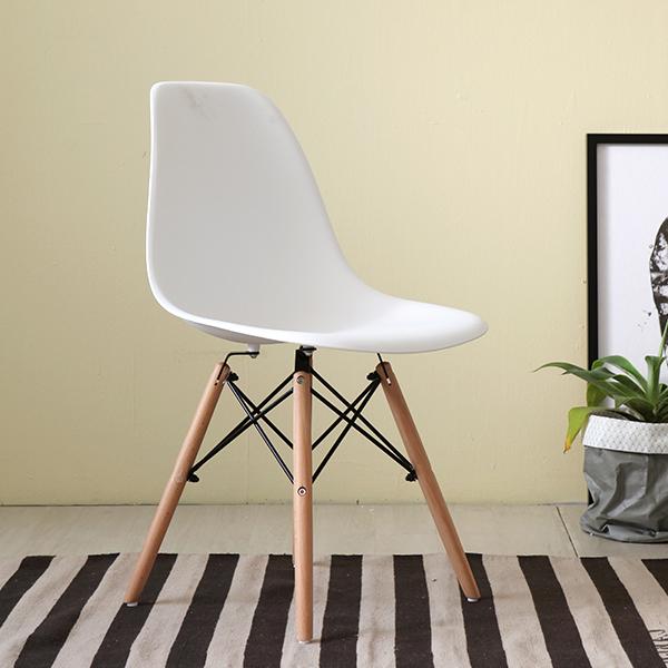 Ghế eames màu trắng - Chân ghế bằng gỗ được liên kết với nhau bằng nan sắt vô cùng chắc chắn