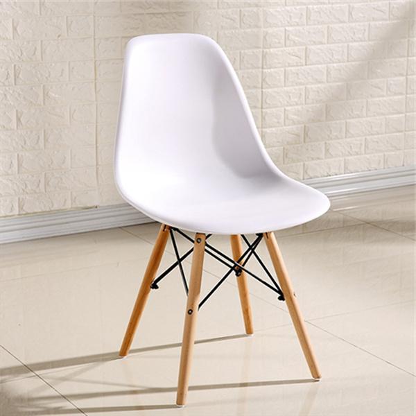 Ghế eames màu trắng được đúc bằng chất liệu nhưa cao cấp, sáng bóng