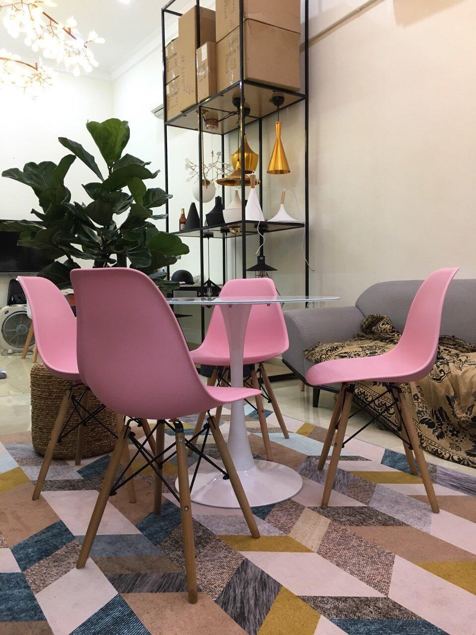 Bộ bàn ghế tulip 4 ghế Eames màu hồng