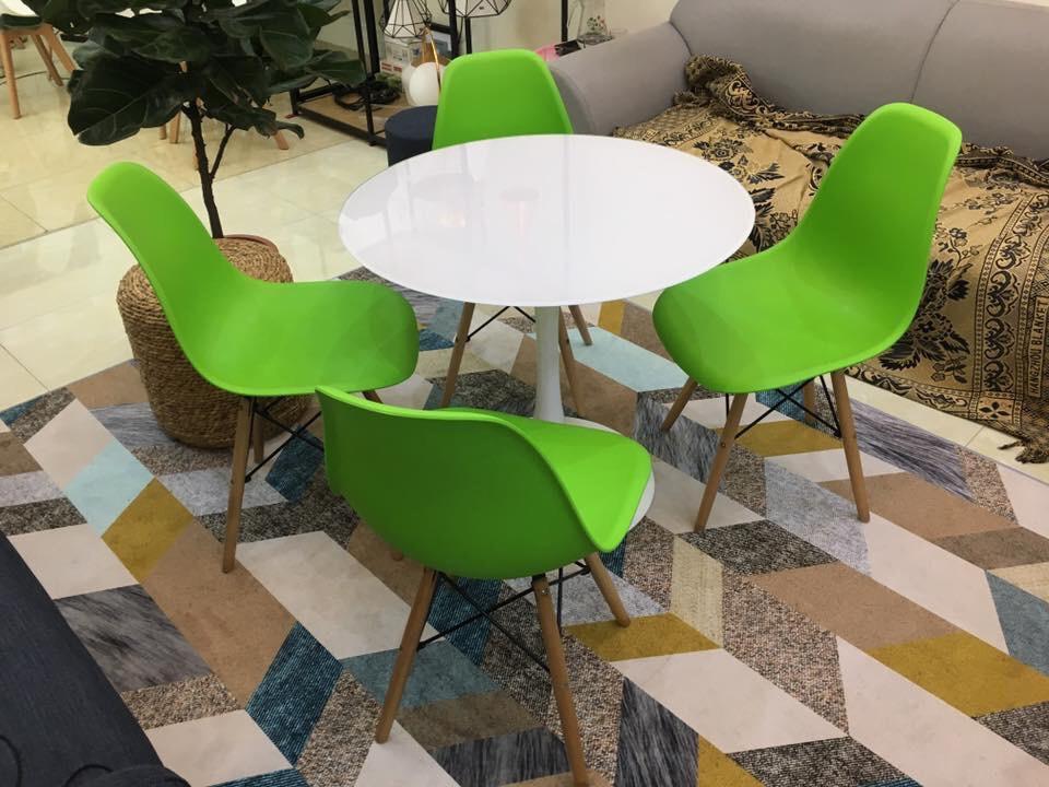 Bộ bàn tulip và 4 ghế Eames màu xanh lá cây