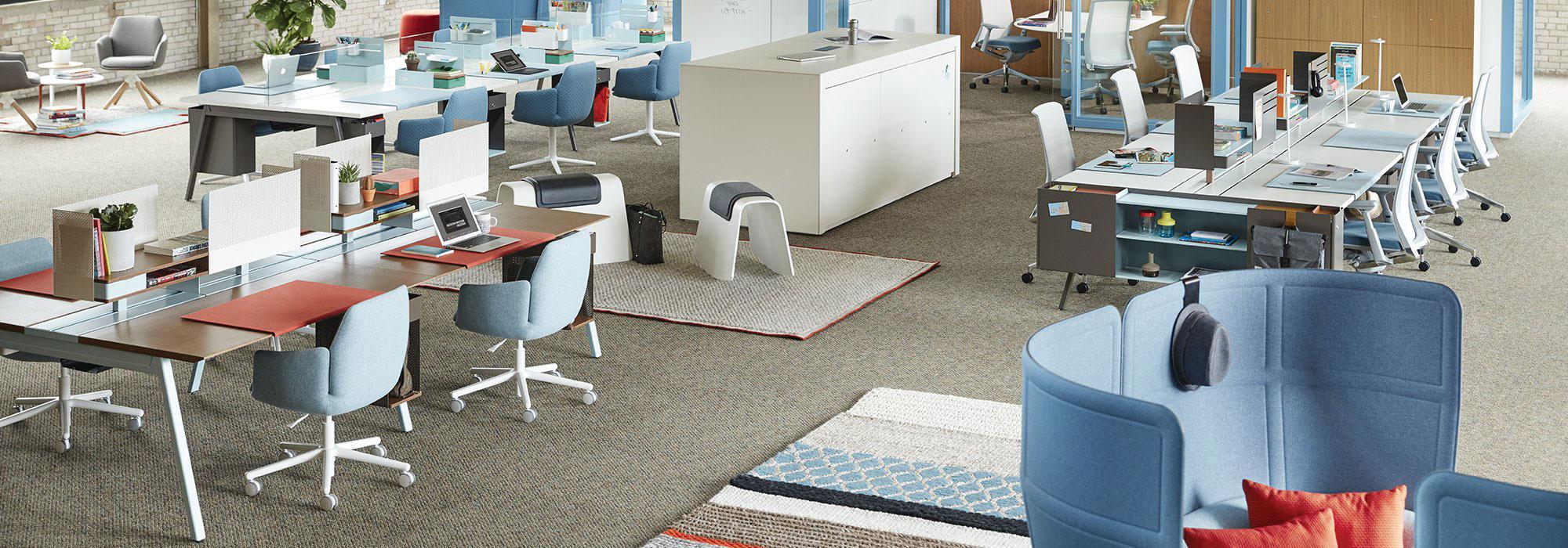 Không gian thiết kế nội thất làm việc của văn phòng 100m2 với tông màu xanh làm chủ đạo nhận diện thương hiệu. Thiết kế tập trung vào các bàn làm việc nhóm, tạo Team làm việc riêng phù hợp với các công ty công nghệ hoặc cty làm việc nhóm