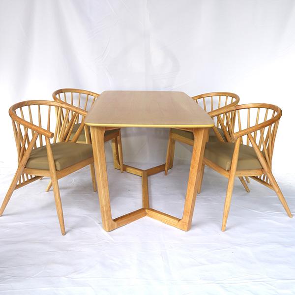 Bàn Concorde và 4 ghế Winding được dùng làm bàn ghế ăn, cafe