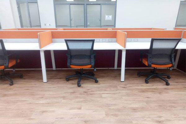 thiết kế vách ngăn màu cam và ghế màu cam tạo điểm nhấn cho thương hiệu