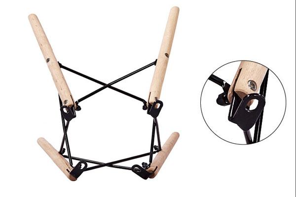 Chân Ghế Eames được làm từ gỗ sồi tự nhiên, tiện nhẵn bóng đẹp sáng bóng, kết nối các chân ghế với nhau là thanh sắt nhỏ sơn tĩnh điện cao cấp