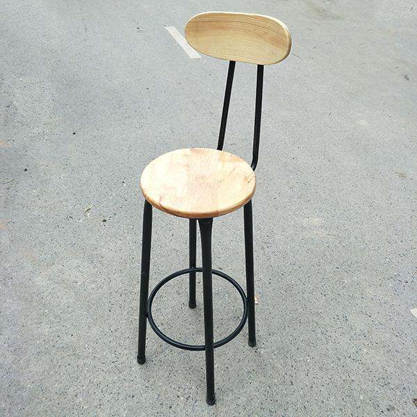 Ghế chân sắt mặt gỗ thiết kế chân sắt kết hợp với mặt gỗ đơn giản tạo điểm nhấn mạnh cho chiếc ghế bar này.