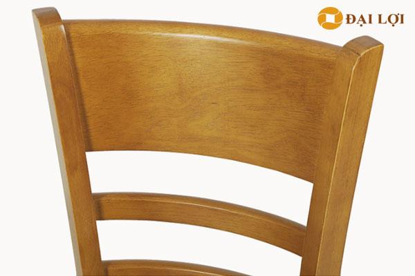 Chất liệu gỗ cao su được sử dụng làm ghế