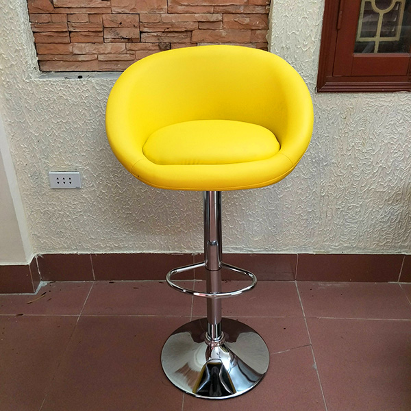 Ghế bọc da, chân ghế thiết kế khối inox có khả năng điều chỉnh xoay 360 độ và chỗ để chân, ghế bọc đệm da tạo phong cách hiện đại. Mẫu ghế này có thể bổ sung tay vịn hoặc không tay vịn