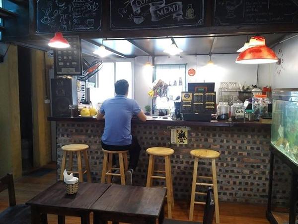 Ghế bar gỗ được dùng trong các quán trà sữa