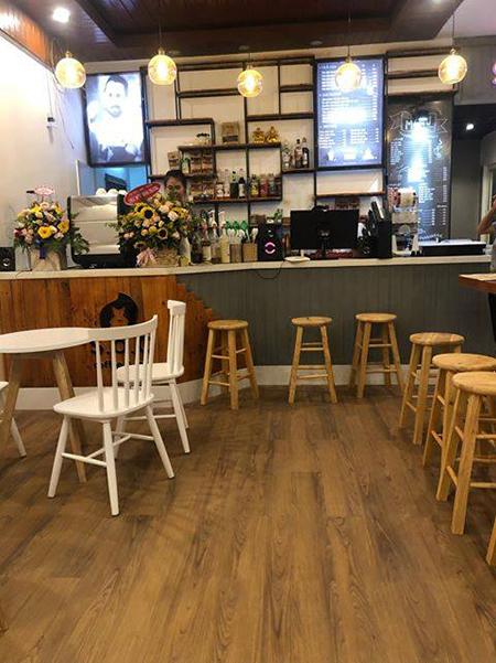 Ghế bar gỗ được dùng trong các quán trà sữa và quầy thanh toán