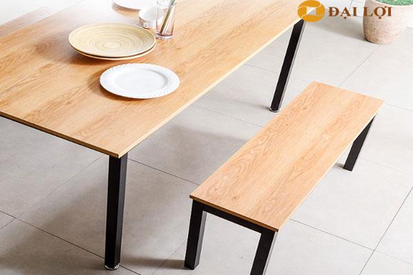 Ghế đôn kết hợp với bàn ăn cùng màu tạo ấn tượng mạnh cho không gian nội thất