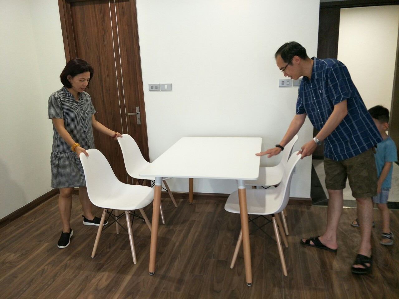 Giao tiếp các dòng bàn ghế ăn nhựa mới cho khách hàng
