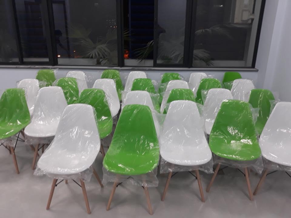 Giao 40 ghế Eames cho khách Dingtea