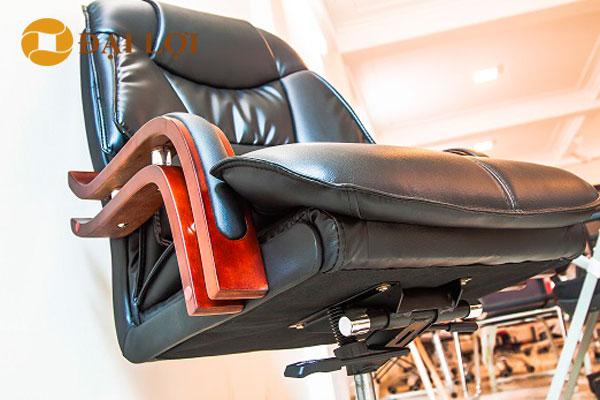 Phần dưới ghế có các nút điều chỉnh chức năng điều khiển ghế, và lên xuống