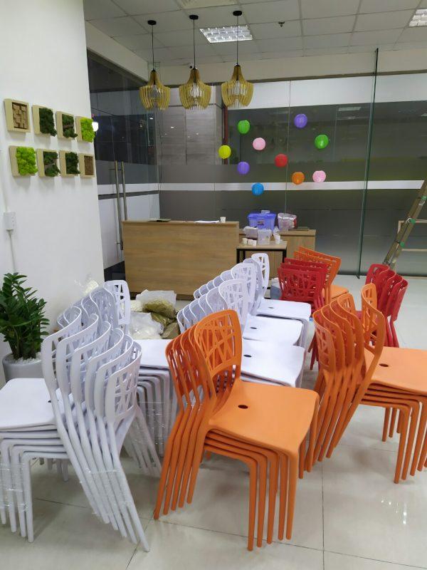 Giao ghế nhựa cafe Viento cho khách tại Trung Kính