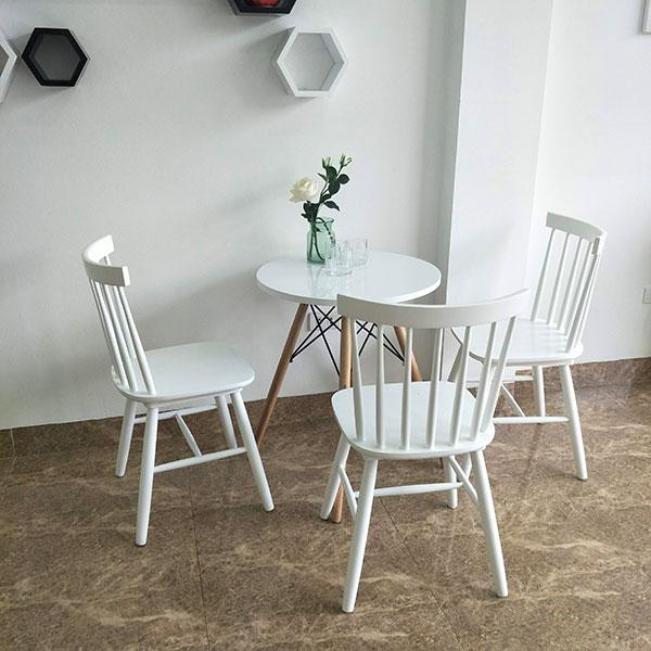 Pinnstoll màu trắng kết hợp với bàn Eames vô cùng đẹp mắt