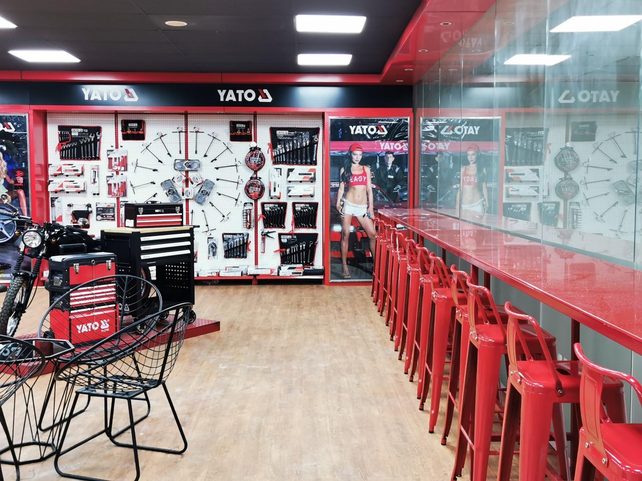 Ngoài ghế sắt cafe Kocu Việt Nam mua thêm ghế tolix bar màu đỏ