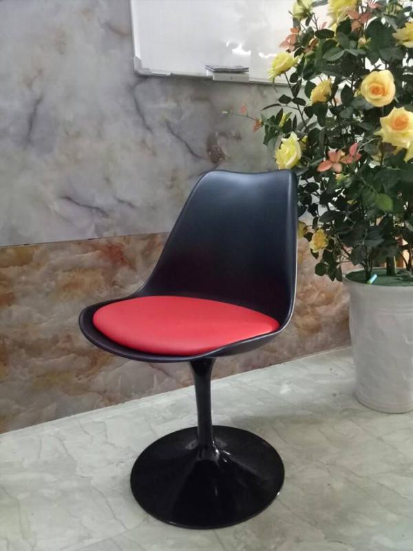 Ghế tulip màu đen đệm đỏ