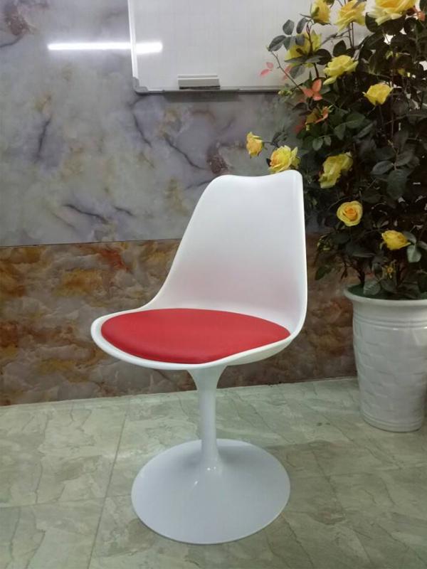 Ghế tulip màu trắng đệm đỏ