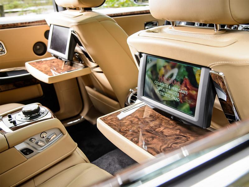xe Rolls Royce với phần nội thất được ốp gỗ óc chó rất sang trọng