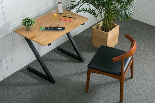 Mẫu bàn làm việc chân chữ Z và mặt gỗ dễ dàng kết hợp với không gian nội thất sẵn có, thiết kế sang trọng năng động trẻ trung