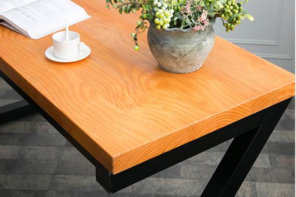 Mặt bàn được làm từ gỗ tự nhiên