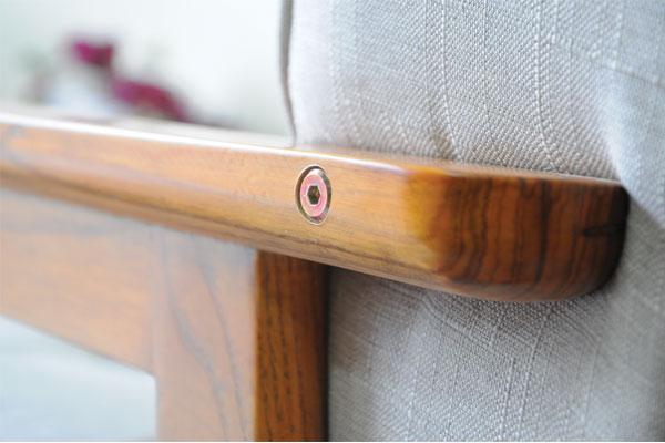 Tay gỗ sồi sơn PU cao cấp. Đinh vít bắt chìm tạo không tạo cảm giác gợn