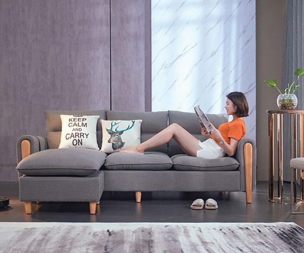 Sofa phòng khách nỉ 501 màu lông chuột kết hợp với khung gỗ tự nhiên tạo cảm giác năng động cho phòng khách