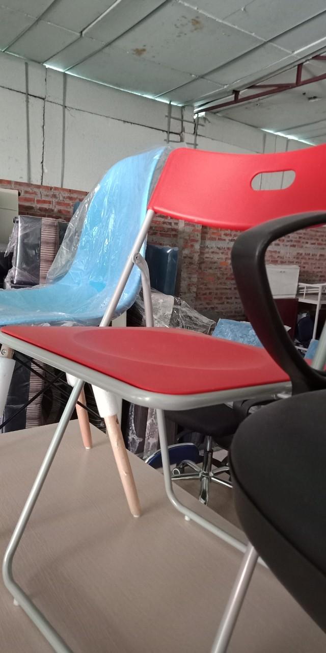 Mẫu 13: Thanh lý ghế gấp nhựa màu đỏ