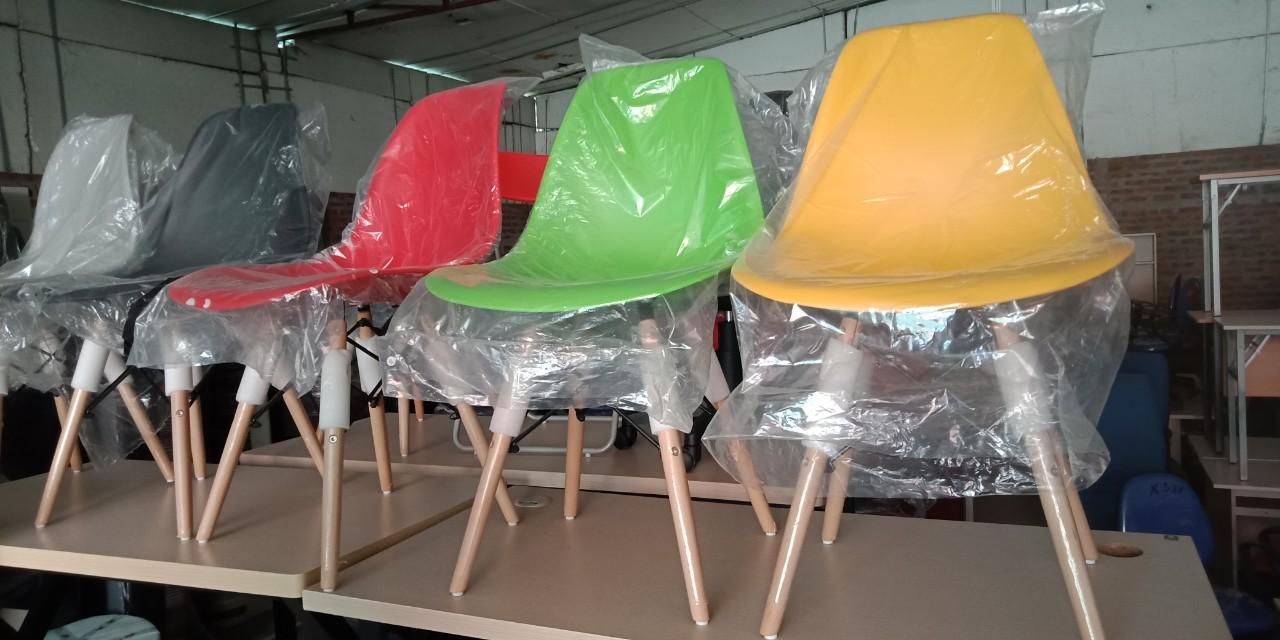 Mẫu 8: Thanh lý ghế Eames cafe nhiều màu sắc giá giảm 50%