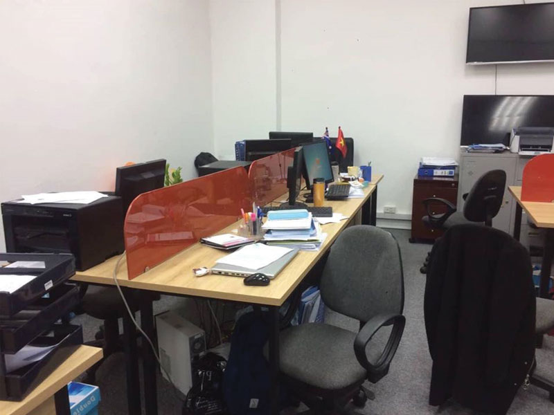 thi công bàn làm việc có vách ngăn kính